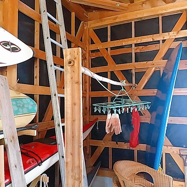 無料で貰った古民家の納屋にウェットスーツを干せる場所を作る