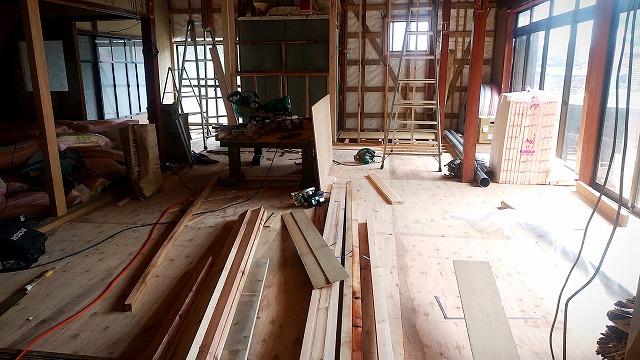 無料で貰った古民家の床に合板が入ったらリビングっぽくなった