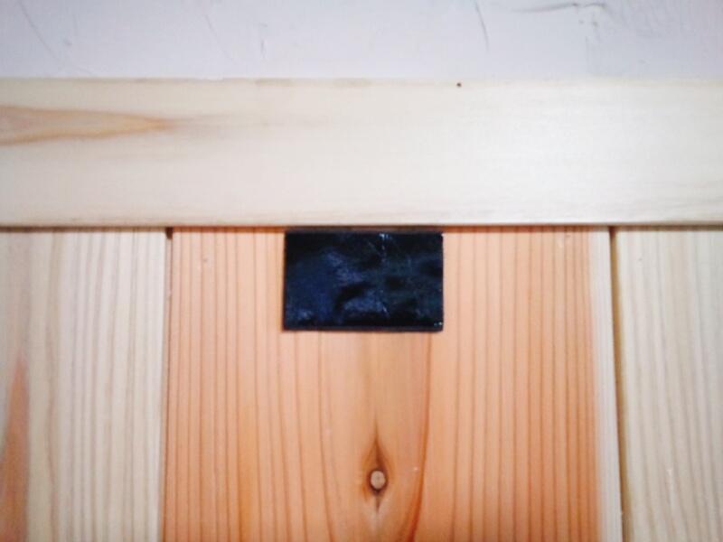 壁に残るマジックテープ